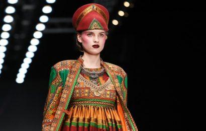 10 ruskih modnih oblikovalcev, ki pri delu stavi na svoje korenine