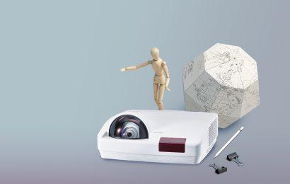 Pameten projektor EIKI z vgrajenim računalnikom