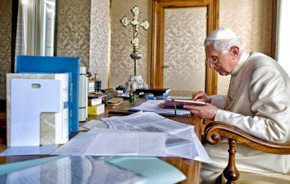 Seksualni škandali v cerkvi: Papež Benedikt XIV v skrbeh
