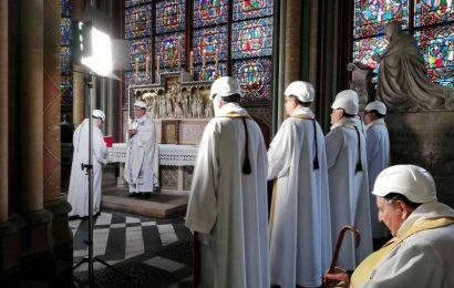 Župniki v Notre Damu mašujejo s čeladami