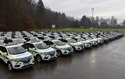 Generalna direktorica policije policistom v uporabo izročila več kot šestdeset novih avtomobilov