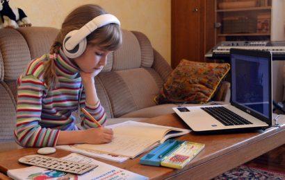 V Rusijo se s 1. septembrom vrača učenje na daljavo