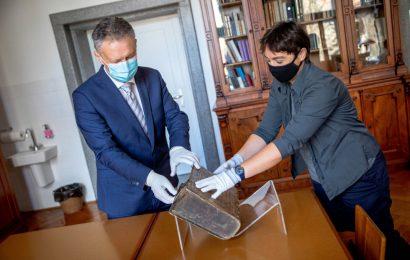 Na pobudo predsednika vlade Janeza Janše Narodni in univerzitetni knjižnici v hrambo predan izvod Dalmatinove Biblije