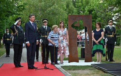 Predsednik Pahor v Trzinu odkril spominsko obeležje Edvardu Peperku, padlemu v osamosvojitveni vojni
