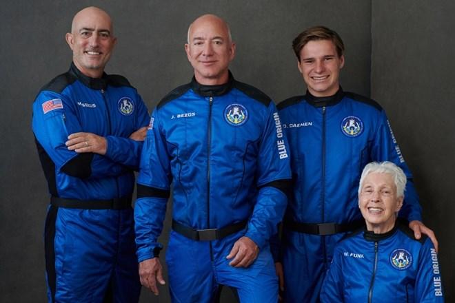 Amazonov Bezos uspešno poletel v vesolje in se že vrnil na Zemljo